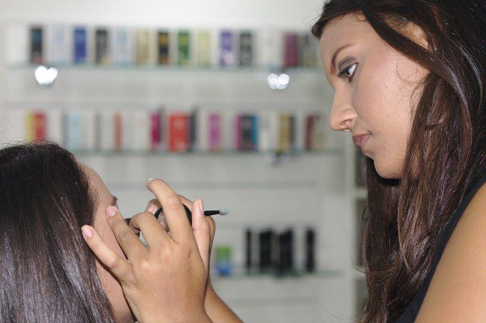 makeup - nakładanie bazy do cieni
